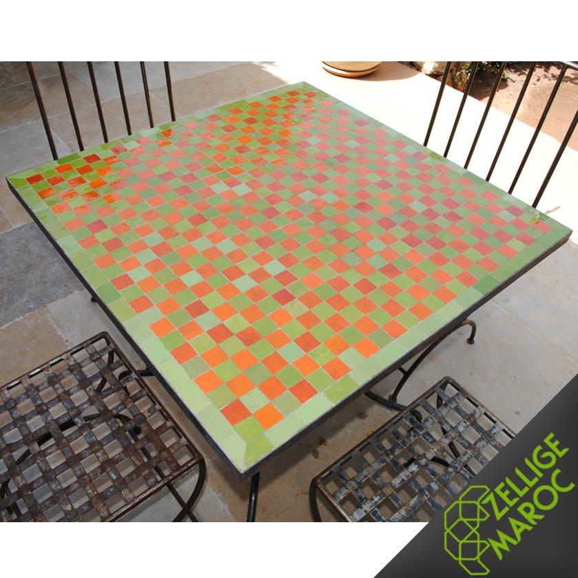 Table marocaine en zellige vert orange damier zellige for Table a the marocaine