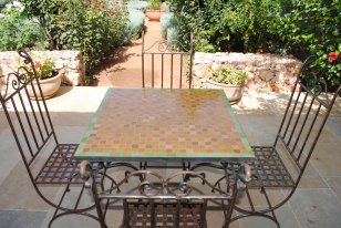 table marocaine en zellige vert orange damier zellige. Black Bedroom Furniture Sets. Home Design Ideas